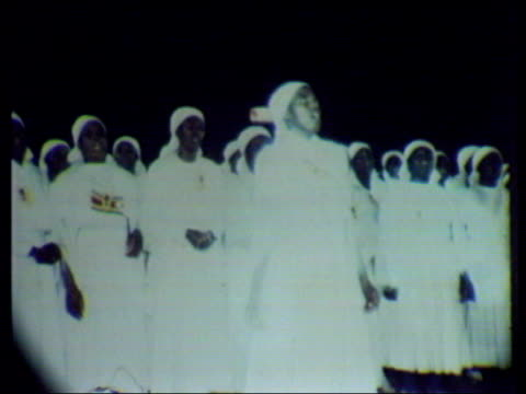 independence ceremony zimbabwe harare choir sings hymn sot tribal dancers scottish pipers playing as march along sot abel tendekayi muzorewa watching... - chorsänger stock-videos und b-roll-filmmaterial