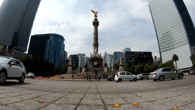 vídeos de stock, filmes e b-roll de lapso de tempo de independência monumento na cidade do méxico - monumento da independência paseo de la reforma