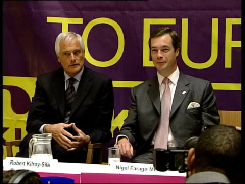 independence party launches european election campaign:; former television presenter robert kilroy-silk sitting next uk independence party official... - ロバート・キルロイ=シルク点の映像素材/bロール