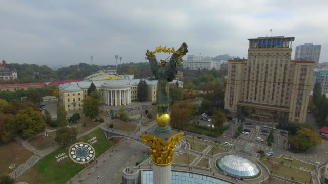 independence statue on maidan nezalezhnosti in kiev. clockwise circle. - ウクライナ点の映像素材/bロール
