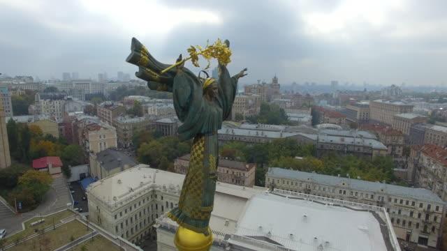 independence statue on maidan nezalezhnosti in kiev. clockwise circle. - monument stock videos & royalty-free footage