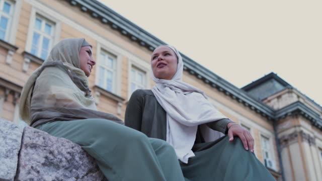 vídeos de stock, filmes e b-roll de mulher muçulmana independente - vestuário modesto