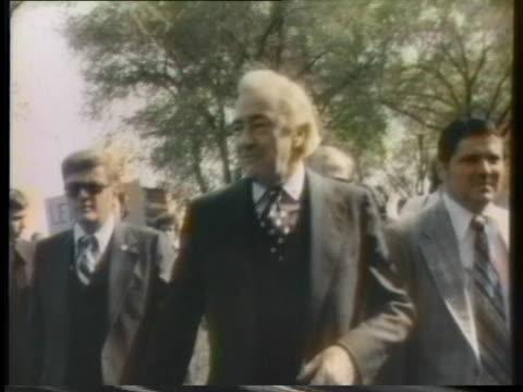 vidéos et rushes de independent us presidential candidate eugene mccarthy addresses a crowd in chicago. - eugene j. mccarthy
