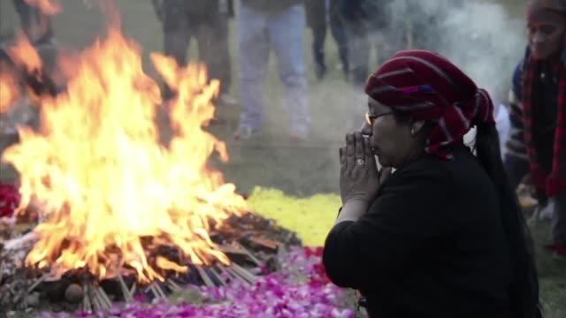 indígenas guatemaltecos recordaron el viernes el fin de la guerra civil hace 21 anos y frente a un altar de fuego y flores rogaron por encontrar una... - guerra civil stock videos and b-roll footage