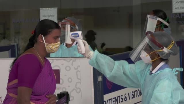india anunció el martes el reconfinamiento de más de 130 millones de personas por un aumento de casos de coronavirus cuyo terrible impacto económico... - reino unido stock videos & royalty-free footage