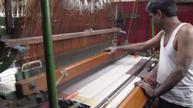 vídeos de stock, filmes e b-roll de india fabrics workshop. automatic knitting machines making sari, silk traditional clothing - newly industrialized country