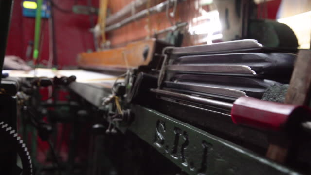 vidéos et rushes de india fabrics workshop. automatic knitting machines making sari, silk traditional clothing - usine textile