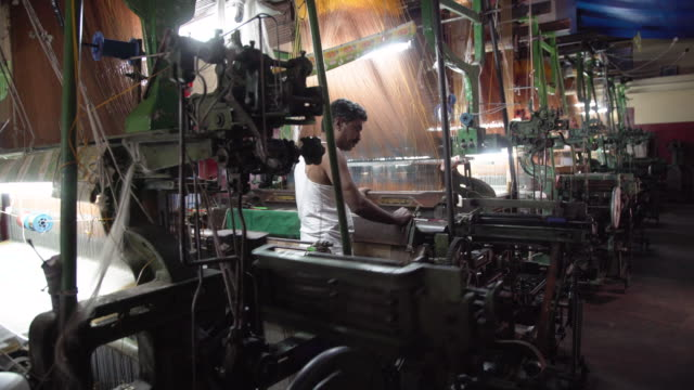 india fabrics workshop. automatic knitting machines making sari, silk traditional clothing - 織物工場点の映像素材/bロール