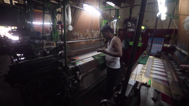 india fabrics workshop. automatic knitting machines making sari, silk traditional clothing - kleid stock-videos und b-roll-filmmaterial
