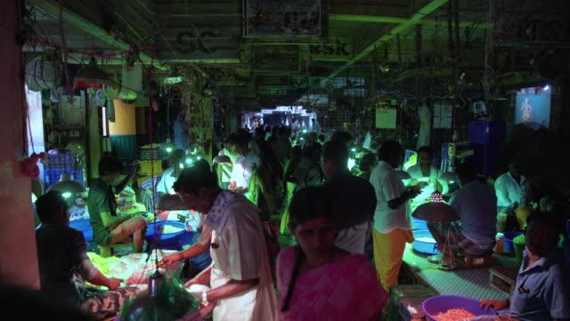 stockvideo's en b-roll-footage met india flower market full of people - marktkoopman
