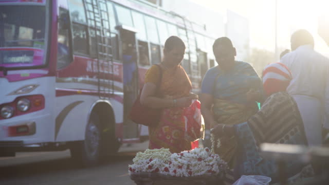 vídeos de stock e filmes b-roll de india flower street market. women buying - feirante