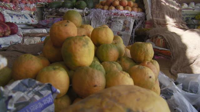 vídeos y material grabado en eventos de stock de india fruit market - fundido en negro