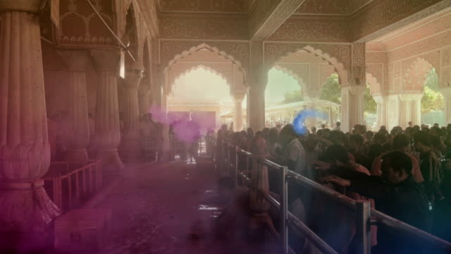 indien holi feiern in einem tempel in jaipur - religion stock-videos und b-roll-filmmaterial