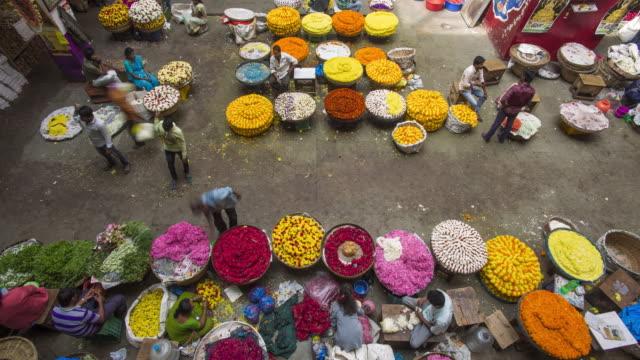 stockvideo's en b-roll-footage met india, karnataka, bangalore (bangaluru), capital of the state of karnataka, city market or k.r (krishna rajendra) flower market - time lapse - guirlande