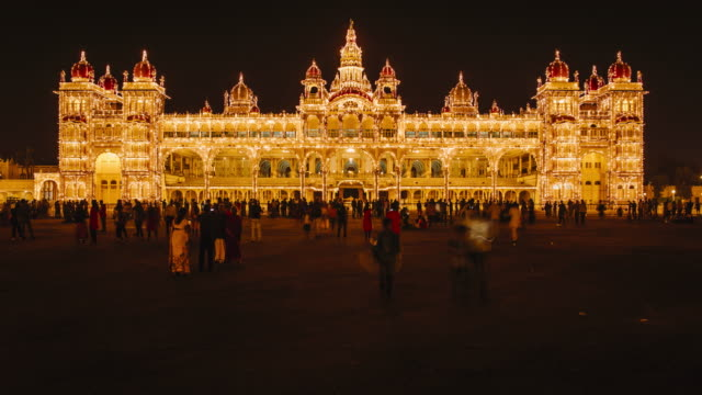 vidéos et rushes de india, karnataka, mysore, city palace, people walking outside the maharaja's palace - time lapse - inde