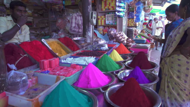 vídeos de stock, filmes e b-roll de india, karnataka, mysore, colourful powdered dyes for sale in devaraja market - tintura