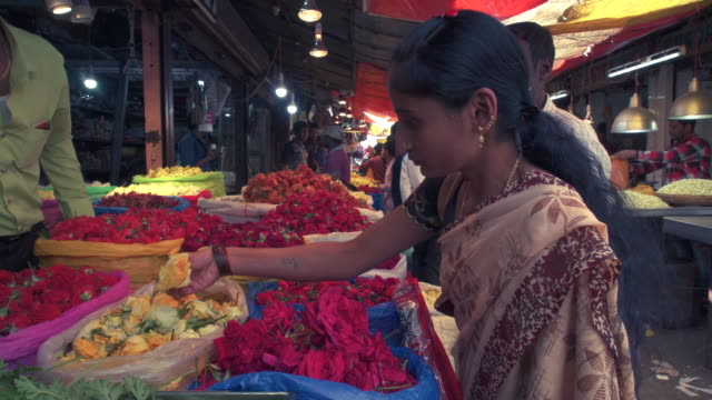 india, karnataka, mysore, devaraja flower market - tradition stock-videos und b-roll-filmmaterial
