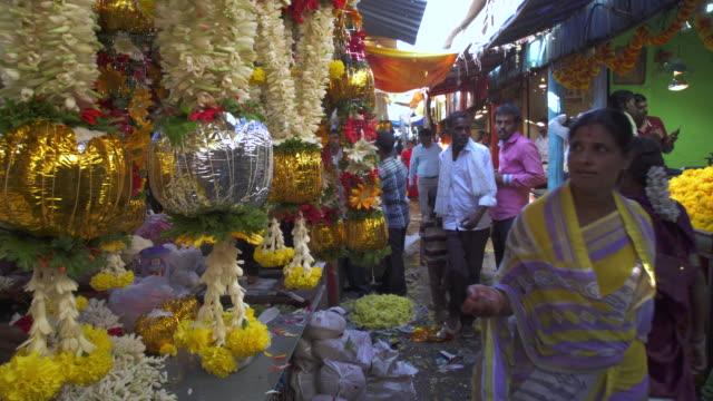 stockvideo's en b-roll-footage met india, karnataka, mysore, devaraja flower market - guirlande
