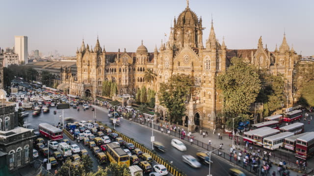 vidéos et rushes de india, mumbai, maharashtra, chhatrapati shivaji maharaj terminus railway station (csmt), (formerly victoria terminus), unesco world heritage site - time lapse - inde