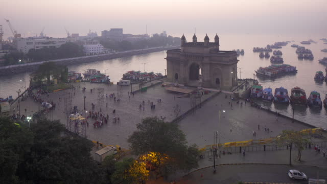 vidéos et rushes de india, mumbai, maharashtra, the gateway of india, monument commemorating the landing of king george v and queen mary in 1911 - monarchie anglaise