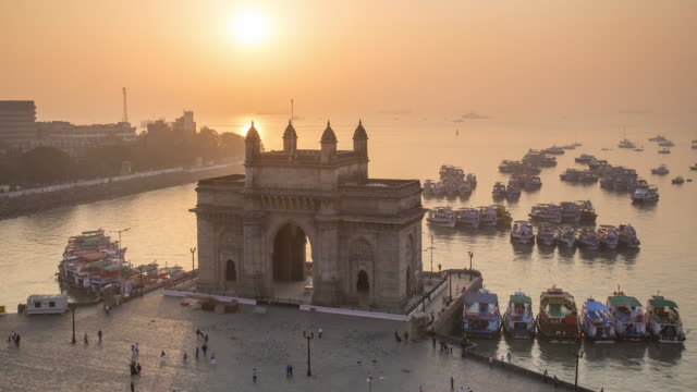 vídeos de stock e filmes b-roll de india, mumbai, maharashtra, the gateway of india, monument commemorating the landing of king george v and queen mary in 1911 - day to night time lapse - acessibilidade