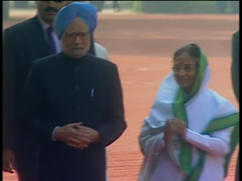 india prime minister manmohan singh and president pratibha patil at official welcome ceremony at the rashtrapati bhavan presidential palace. they are... - (war or terrorism or election or government or illness or news event or speech or politics or politician or conflict or military or extreme weather or business or economy) and not usa stock videos & royalty-free footage