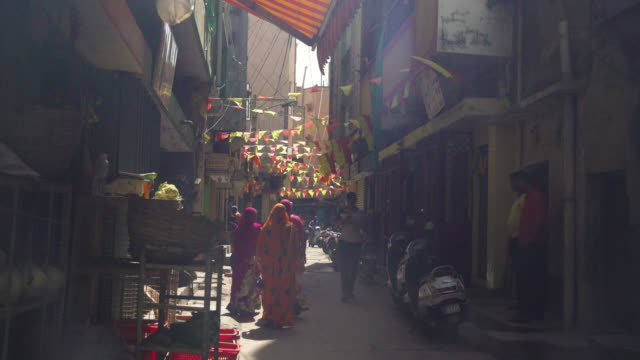 india street iconic image - enge stock-videos und b-roll-filmmaterial