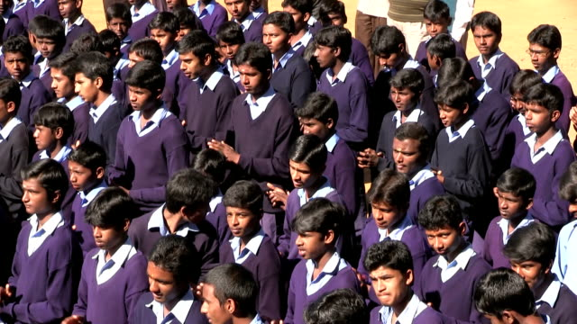 india, tamil nadu, balacola, chamraj, chamraj school, students singing before e classroom - 大人数点の映像素材/bロール