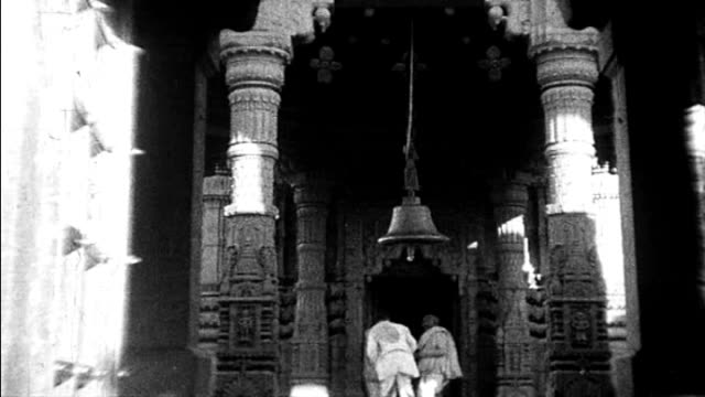 stockvideo's en b-roll-footage met 1925 india - temple - gelovige