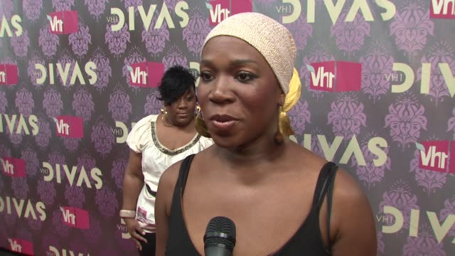 indiaarie talking about what makes a diva and performing with adele at the 2009 vh1 divas red carpet at new york ny - vh1 divas stock videos and b-roll footage