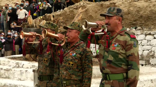 indian army officers pay tribute to special frontier force martyr nyima tenzin who lost his life along the line of actual control on august 31, 2020. - トリビュート・イベント点の映像素材/bロール