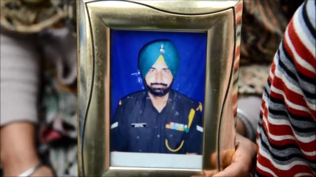 stockvideo's en b-roll-footage met indian army personnel attend the funeral of a soldier killed along the line of control - indiase leger