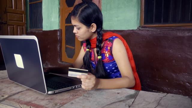 Indische junge Asiatin macht Online-shopping zu Hause.