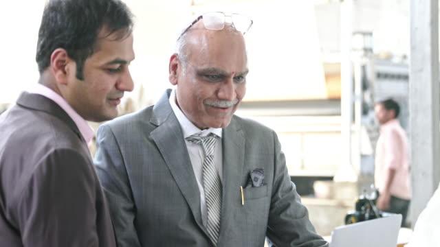 vídeos y material grabado en eventos de stock de empresario indio con su gerente visitando la nueva fábrica - finanzas familiares