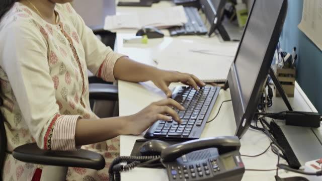 indisk affärskvinna som arbetar på kontoret - från indiska subkontinenten bildbanksvideor och videomaterial från bakom kulisserna