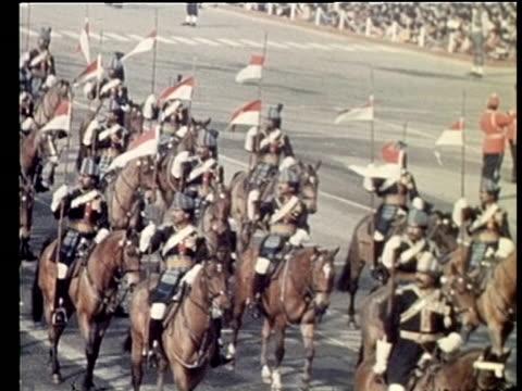 stockvideo's en b-roll-footage met indian cavalry officers parade new delhi 15 aug 72 - paardachtigen