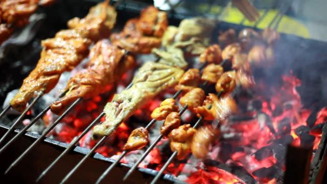 Indische Koch ausgewählte Gegrilltes Tandoori-Huhn am Straßenrand einkaufen