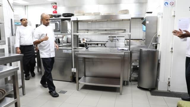 vídeos y material grabado en eventos de stock de cocineros indios cocinando en una cocina profesional de un restaurante gourmet - sombrero