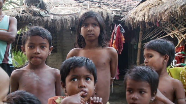 stockvideo's en b-roll-footage met indian children near jungle hut - ontbloot bovenlichaam
