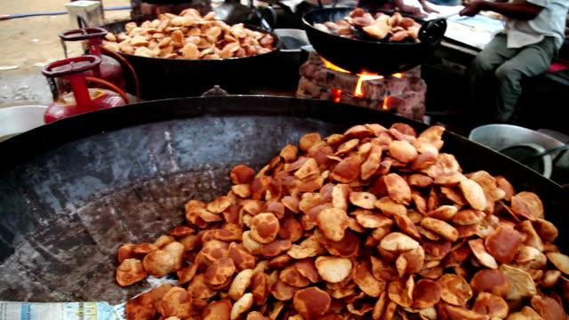 vidéos et rushes de plat indien pudi dans le bol - produit de restauration rapide