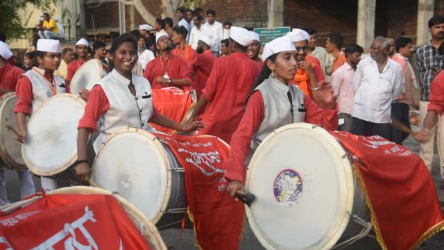 stockvideo's en b-roll-footage met indian drummer perform traditional folk music, maharashtra, india. - drummer