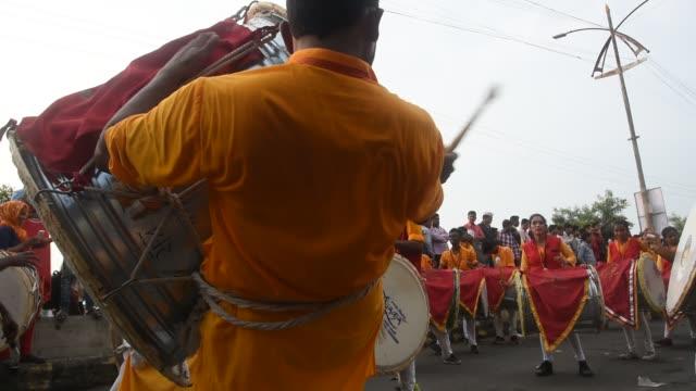 stockvideo's en b-roll-footage met indian drummer perform traditional folk music, maharashtra, india. - drummer