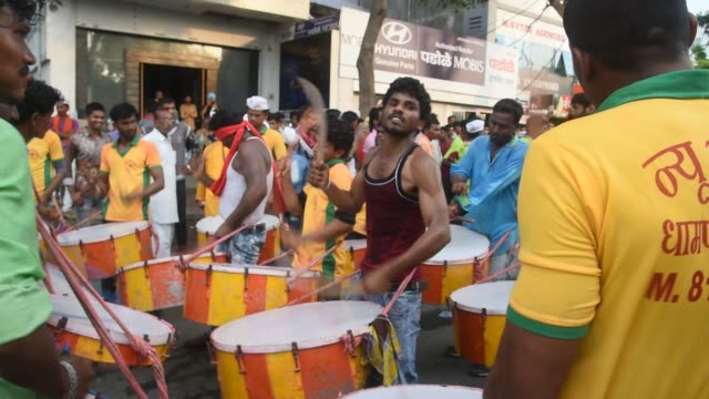 vidéos et rushes de indian drummer perform traditional folk music, maharashtra, india. - drummer