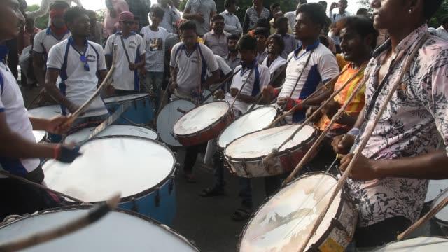 vídeos de stock e filmes b-roll de indian drummer perform traditional folk music, maharashtra, india. - arte, cultura e espetáculo