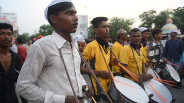 indian drummer perform traditional folk music, maharashtra, india. - 音楽隊点の映像素材/bロール