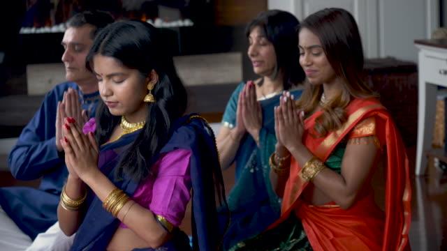 indische familie betet gemeinsam - dashahara stock-videos und b-roll-filmmaterial
