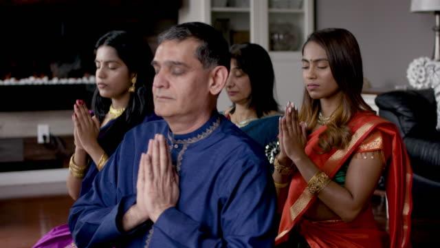 indische familie betet zusammen - dashahara stock-videos und b-roll-filmmaterial