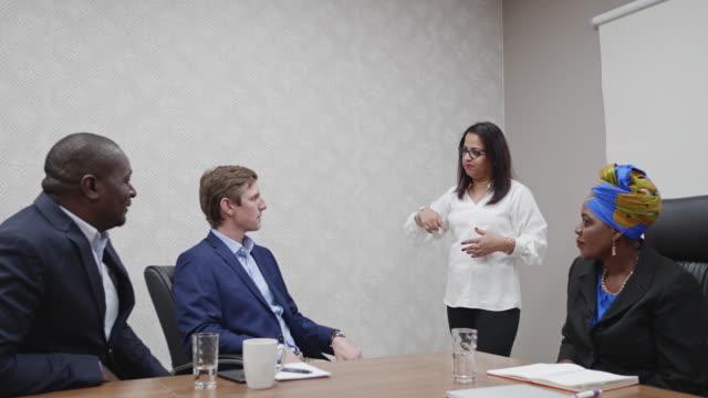 vídeos y material grabado en eventos de stock de ejecutiva de negocios femenino indio dando presentación en la sala de juntas - presidente de organización