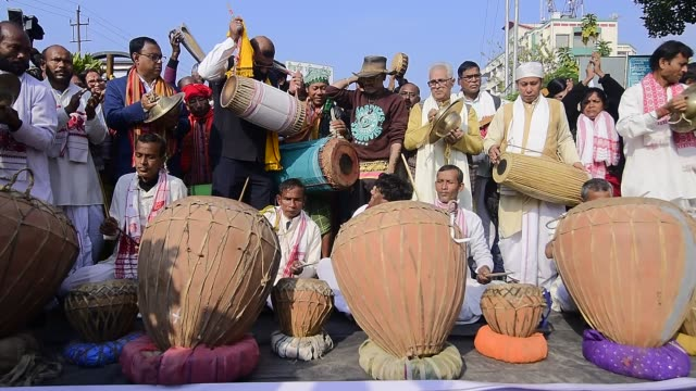 vídeos de stock e filmes b-roll de indian folk artists play traditional musical instruments and beat drums during a protest against the citizenship amendment act 2019, in guwahati,... - cidadão
