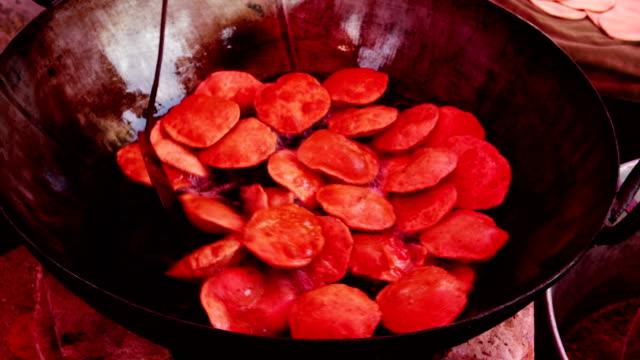vídeos y material grabado en eventos de stock de pudi de comida india o ser frito en casa de puri - ceremonia